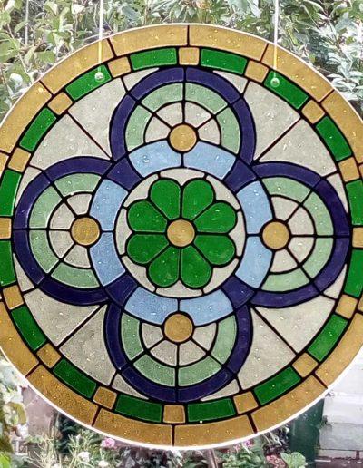 Deze schaal is een replica van het glas-in-loodraam. Glasfusen